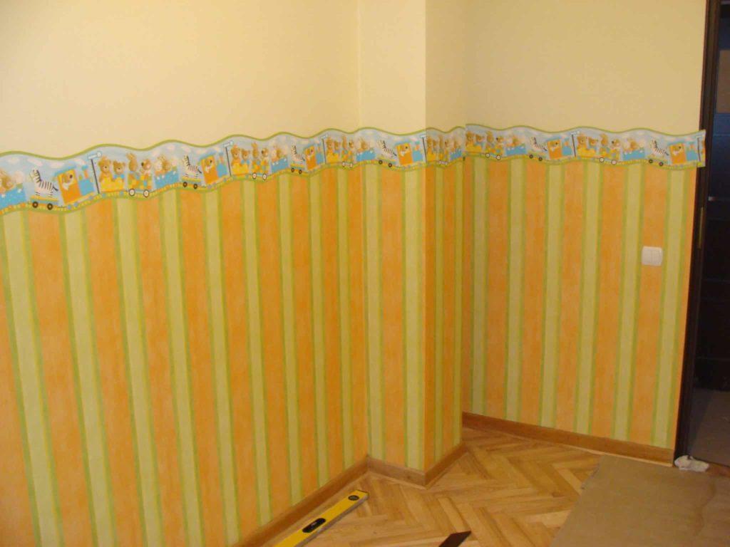 Cyklinowanie i naklejanie tapety w pokoju