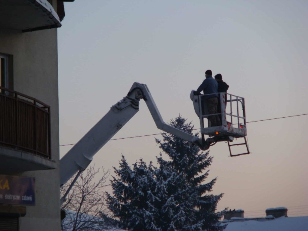 Odśnieżanie dachów przy pomocy wysięgnika