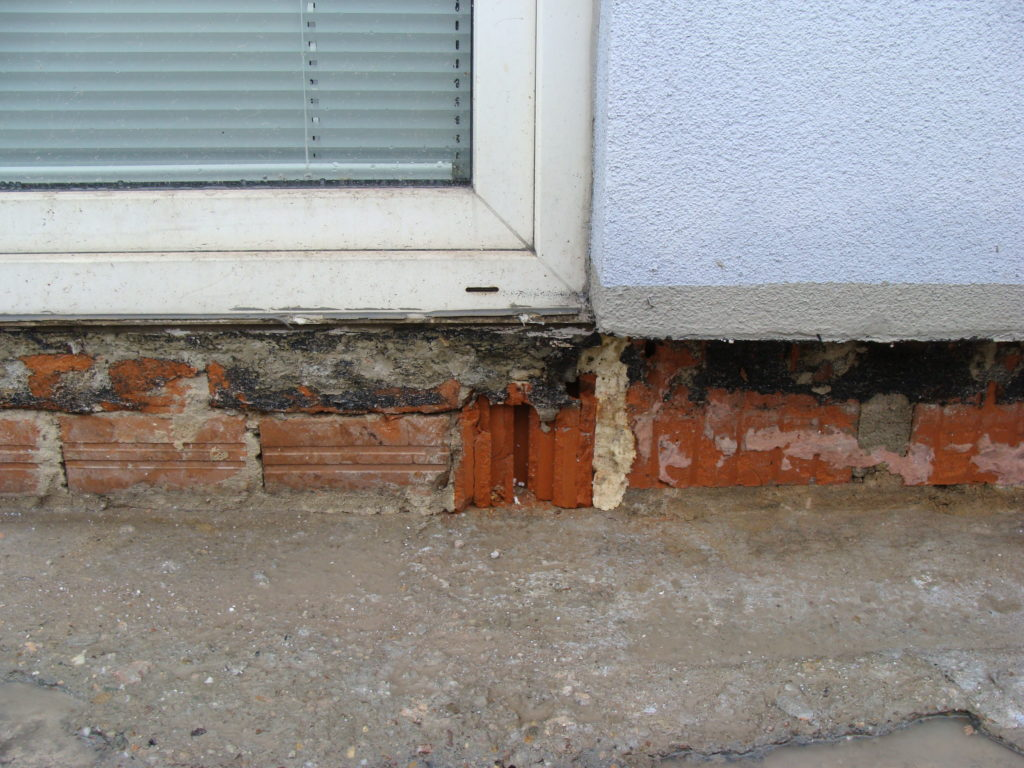 dziura w ścianie balkonu