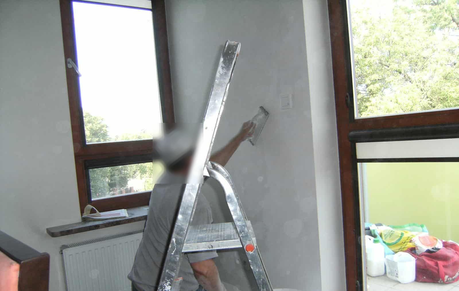 Nałożenie tynku po naprawie usterki